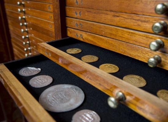 zbior-monet-islamskch-wystawa-miedzy-wschodem-a-zachodem-fot-jacek-zloczowski-muzeum-emeryka-hutten-czapskiego-muzeum-narodowe-krakow-2014-04-24-010-800x5331